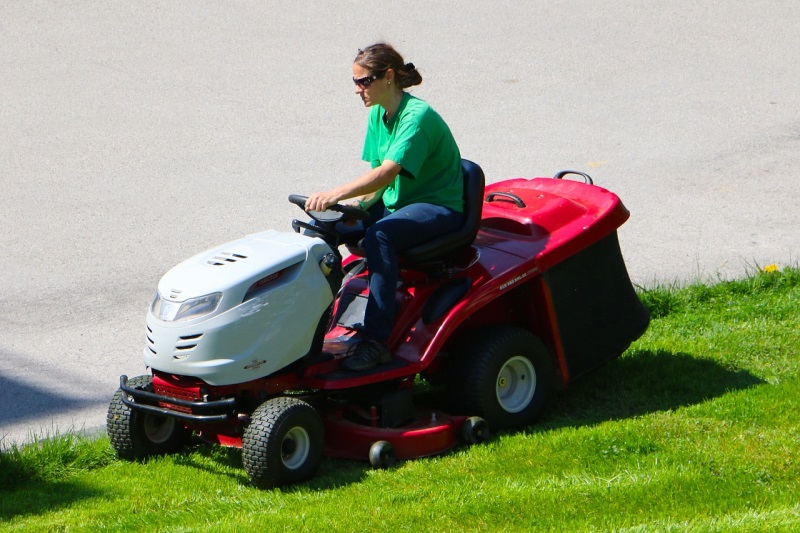 Advantages Of Having Ride On Lawn Mowers